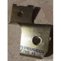 Ferrure latérale droite de pare-chocs arrière Peugeot 104 - Référence 7415.42 (Neuf)